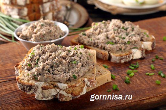паштет из тунца с зелёным луком на хлебе  https://gornnisa.ru/