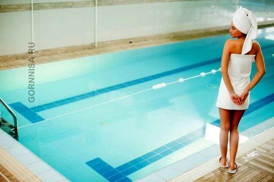 Совет 4 - Защищайте волосы в бассейне Кавказская девушка в бассейне после душа
