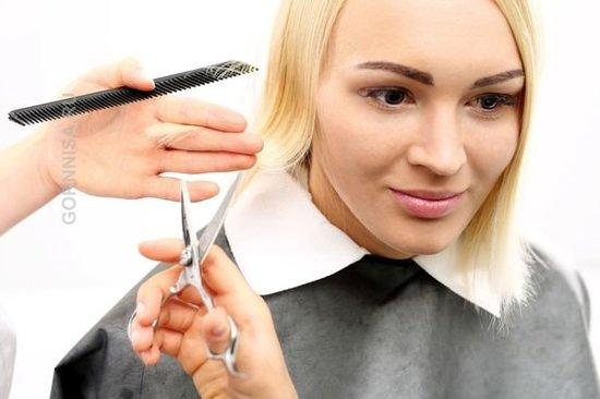Совет 5 - Обрезайте сухие кончики волос Блондинка в солоне обрезает кончики волос