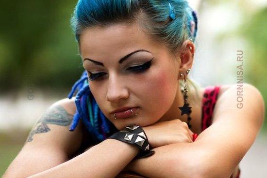 Совет 7 - Дополнительный уход для окрашенных волос Бразильская девушка с окрашенными волосами