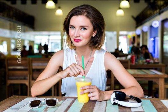 Совет 6 - Пейте много жидкости Девушка и сок