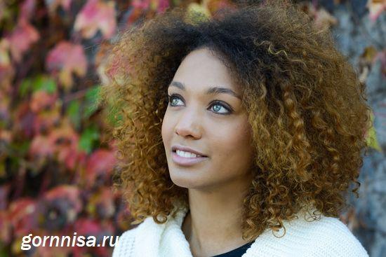В заключение - красивая афроамериканская девушка с пышными локонами