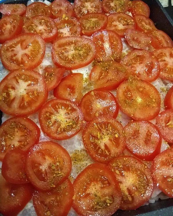 Выложенные на рыбу помидоры
